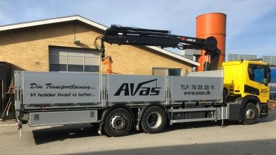 Kran og tømmerlad leveret til AVAS